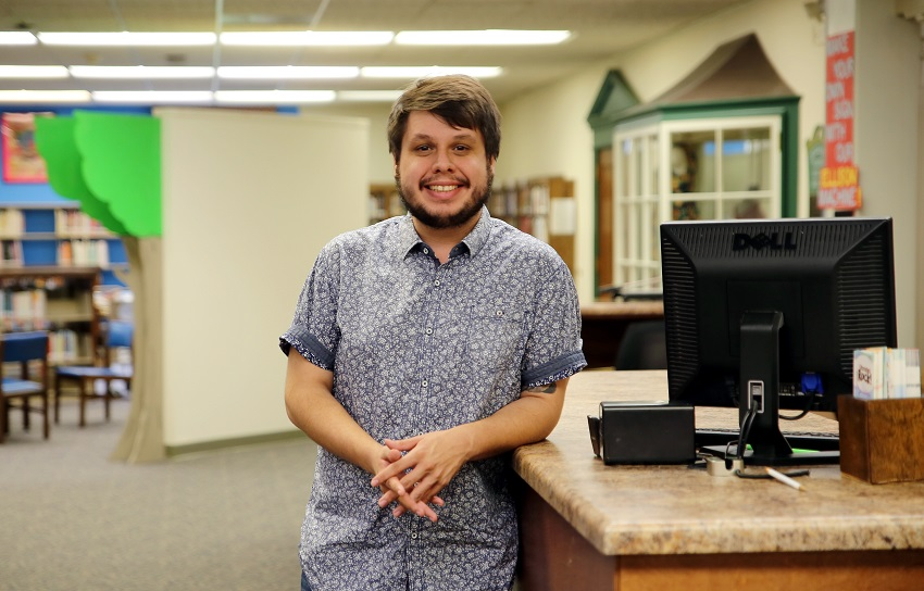 """Poet and East Mississippi Community College alumnus Charles Thomas """"C.T."""" Salazar was a guest lecturer for the Thursday, Sept. 6, Creative Writing class at the college's Golden Triangle campus."""
